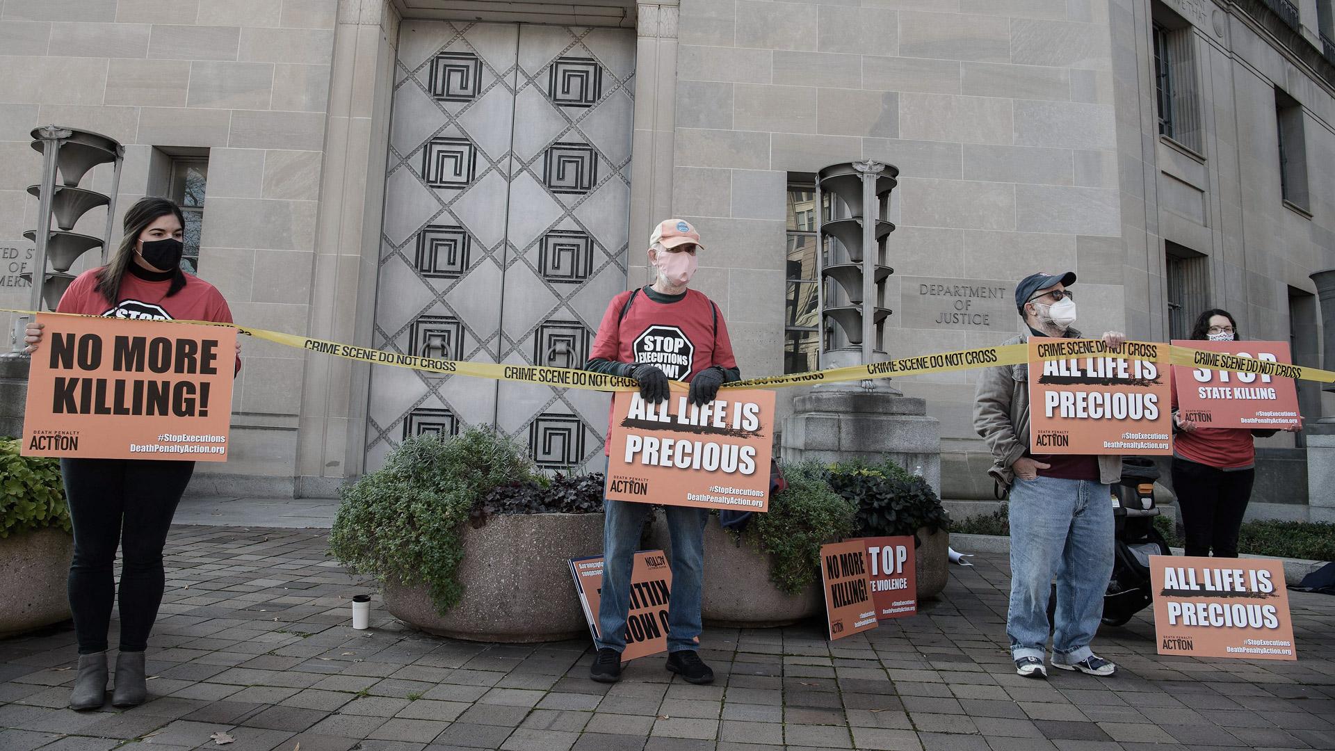 Protes menentang hukuman mati di luar Kementerian Kehakiman di Washngton DC pada Desember 2020.
