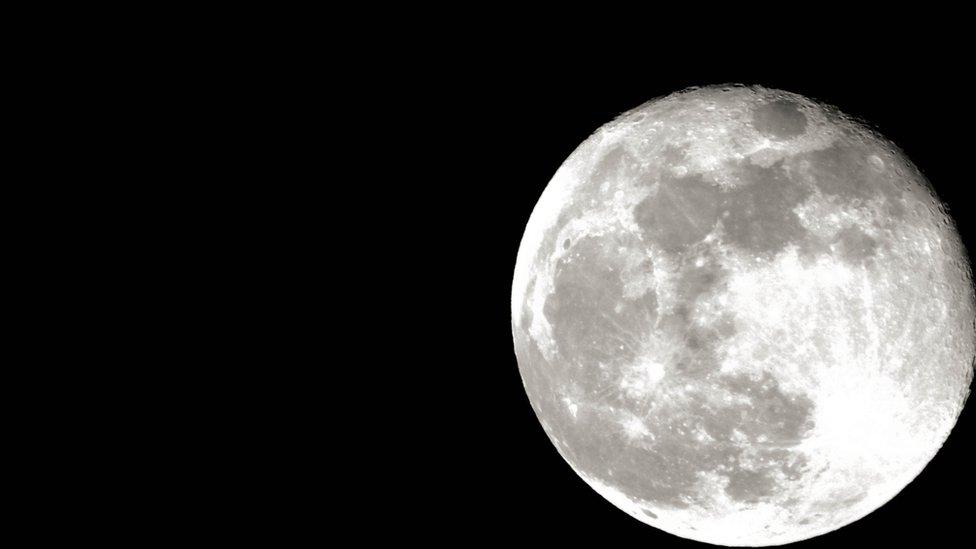 Imagen de una luna llena.
