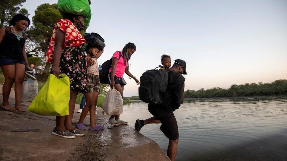 Migrantes cruzando Río Grande en la frontera entre México y Estados Unidos.