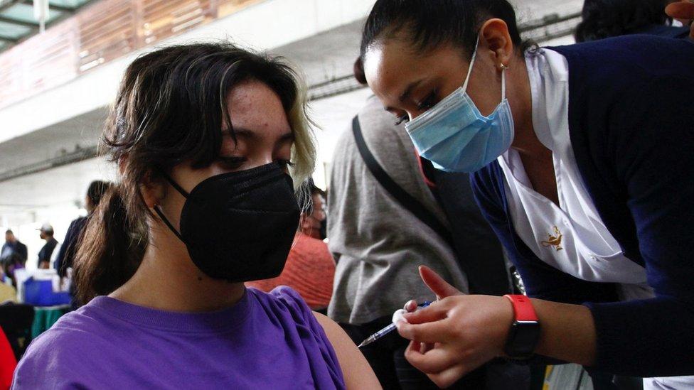 Niña mexicana recibe su vacuna de covid-19.