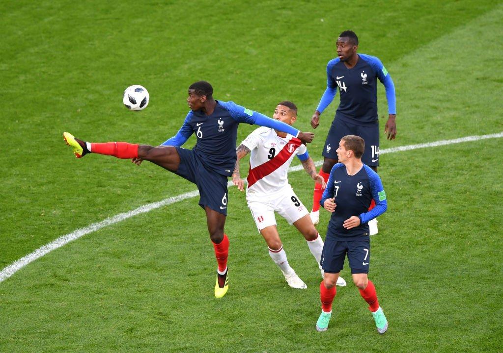 Pogba controla el balón ante la mirada de Paolo Guerrero, Antoine Griezmann y Matuidi.