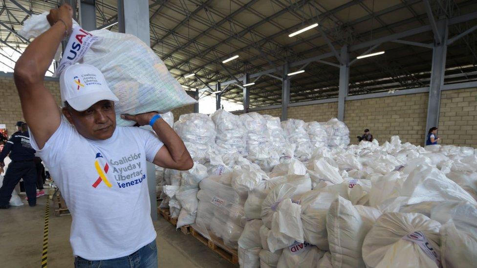 Un voluntario con donaciones enviadas por EEUU.