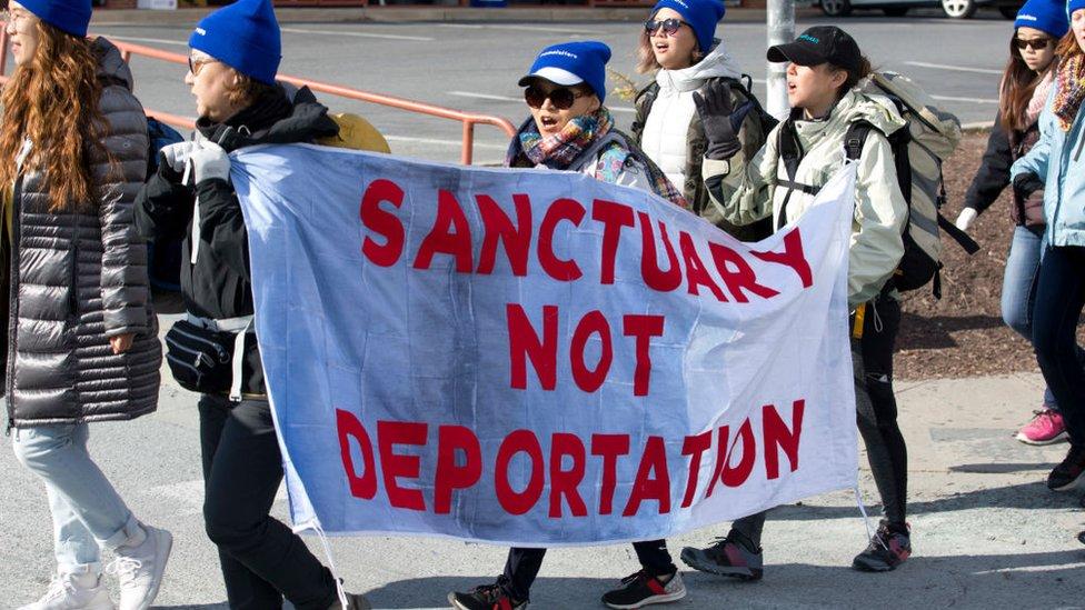 Bandera con la leyenda: santuario, no a la deportación.