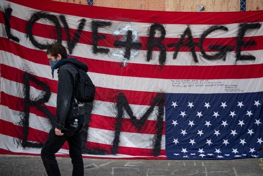 Una bandera de Estados Unidos con grafiti