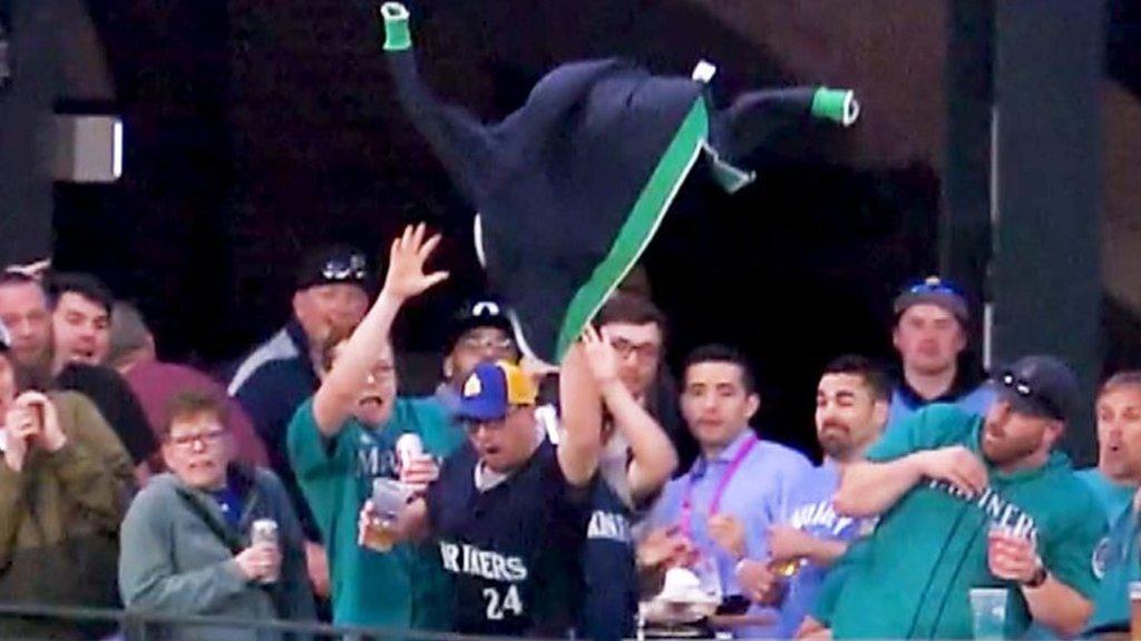Seattle Mariners fan tries to catch Tom Murphy home run