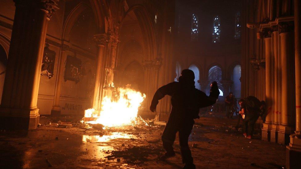 Iglesia de Santiago quemada durante las protestas por el aniversario del estallido social en Chile.