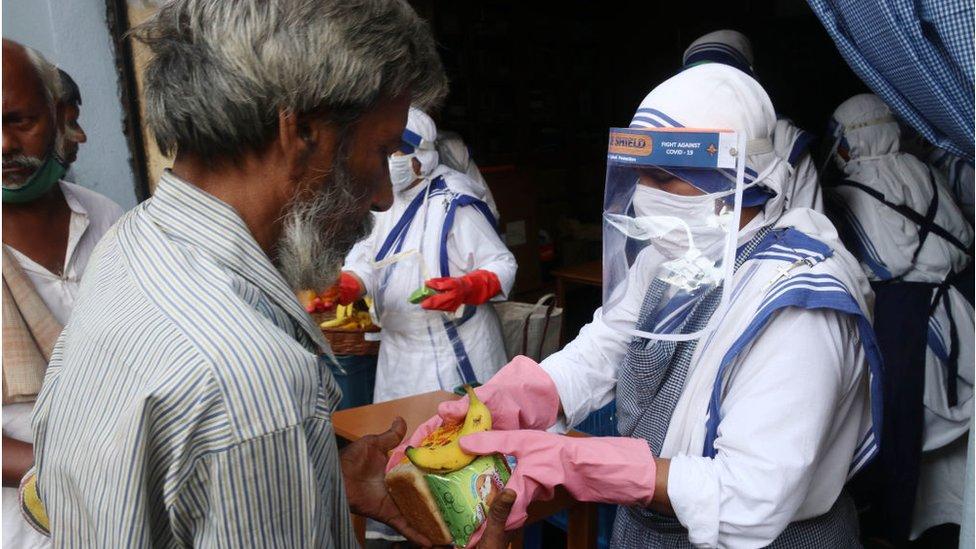 Monjas dando alimentos en India