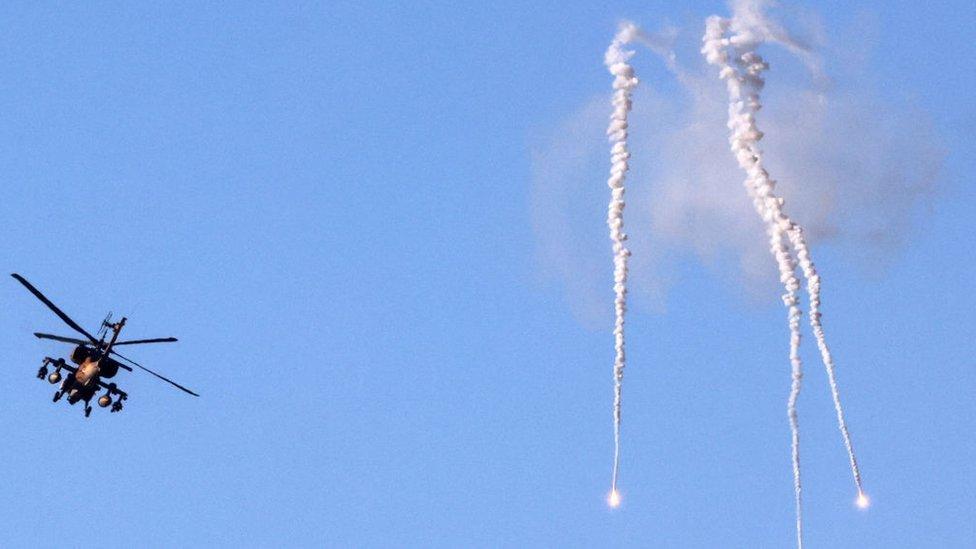 Un helicóptero israelí lanza bengalas cerca de Sderot, en el sur de Israel, en la frontera con la Franja de Gaza controlada por Hamás.