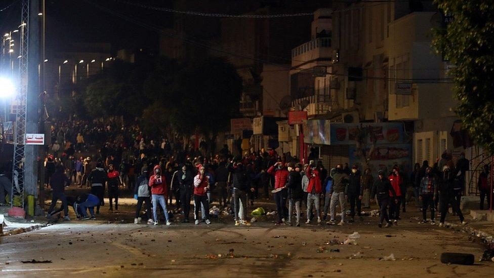 Tunus'ta protestolar: 'Korku yok, sokak halka ait' sloganıyla süren protestolarda 600'den fazla kişi