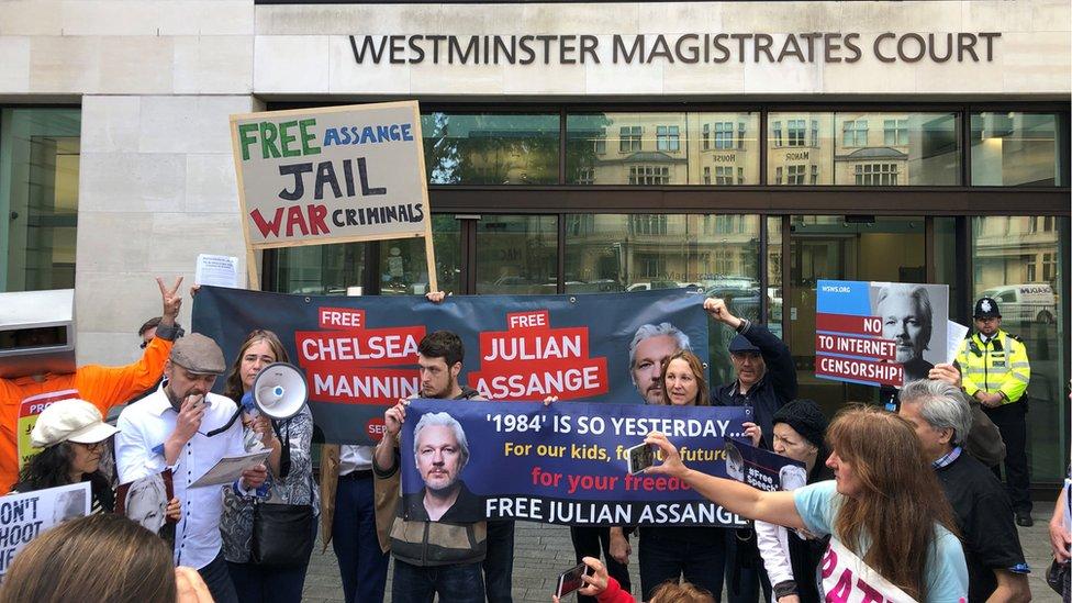 Asanžovi simpatizeri su se okupili ispred zgrade suda
