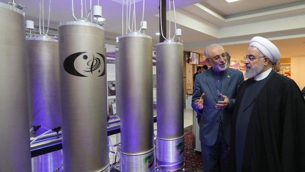 El presidente iraní Hassan Rouhani (derecha) escucha al jefe de la organización de tecnología nuclear de Irán, Ali Akbar Salehi, durante el
