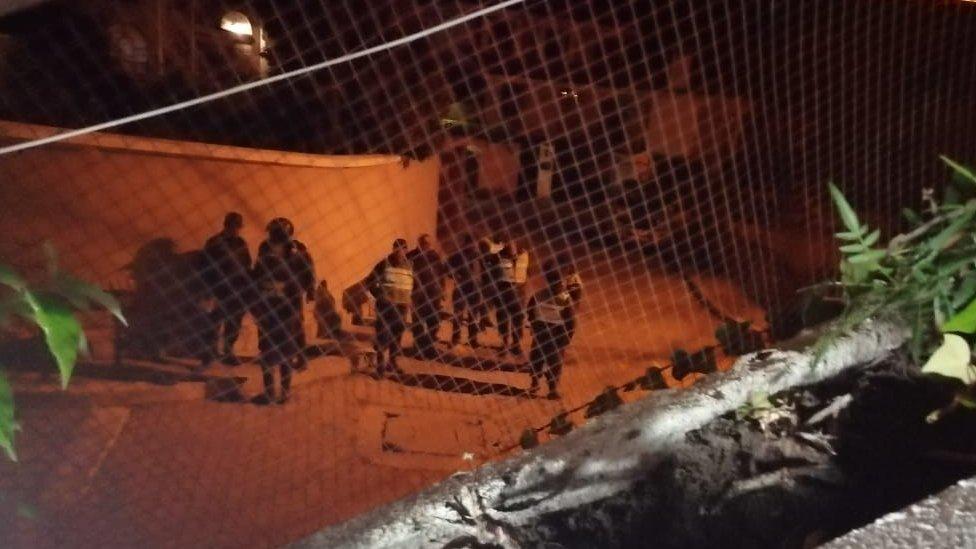 Policías en el exterior de la embajada de México en Bolivia