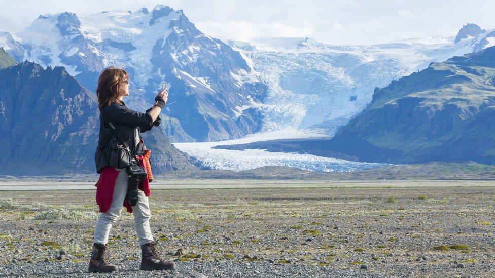 Una fotógrafa en unas montañas de Islandia