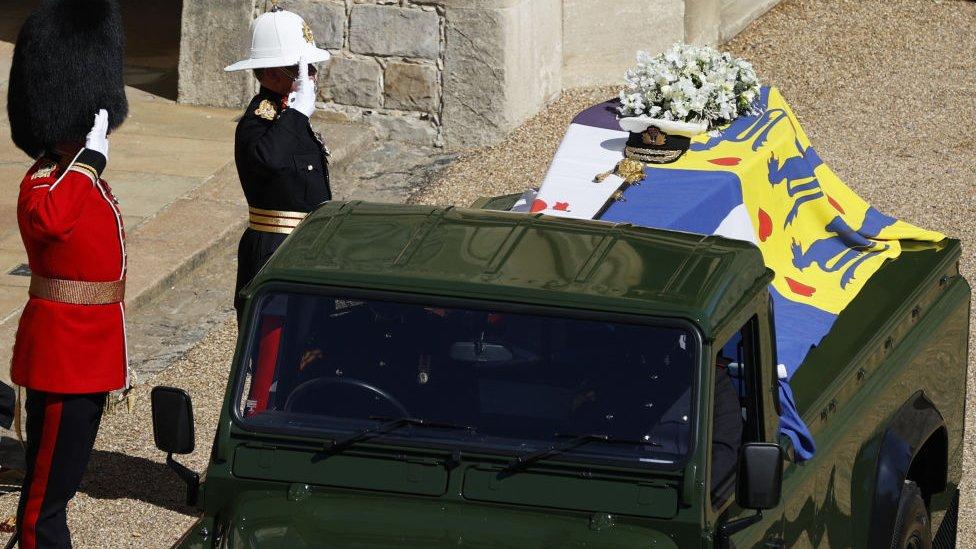 El Land Rover con el féretro del príncipe, segundos antes de iniciar la procesión.