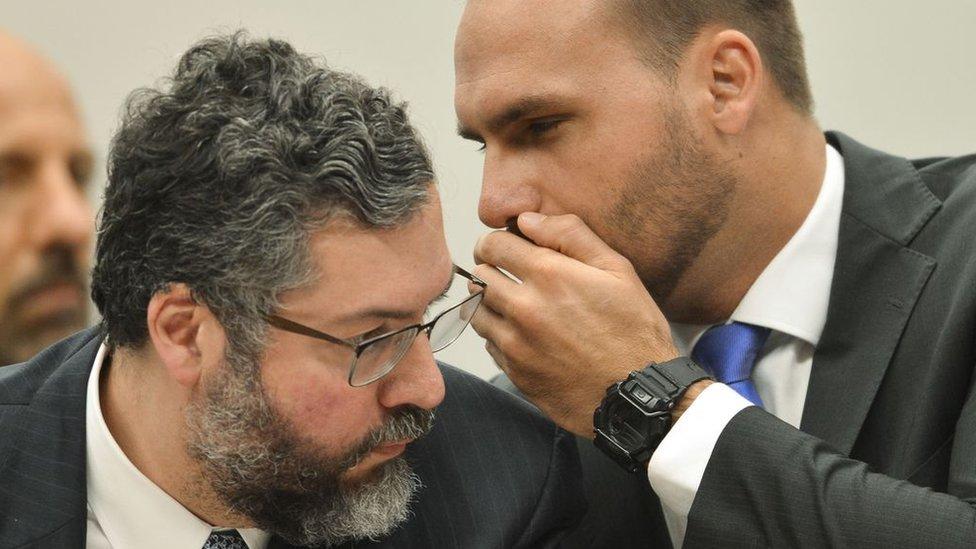 Ernesto Araújo e Eduardo Bolsonaro em audiência pública na Comissão de Relações Exteriores da Câmara