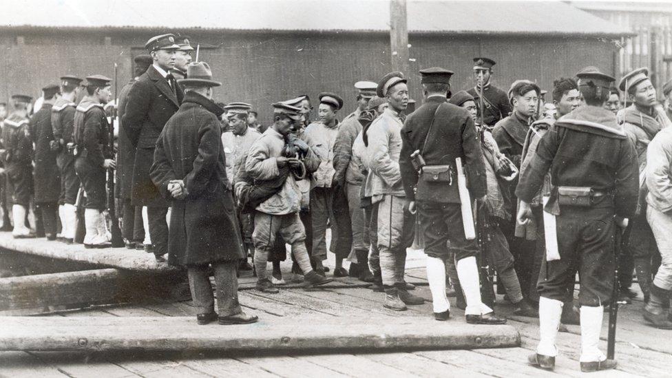 Soldados japoneses con prisioneros chinos en lo que hoy es Shandong, China.