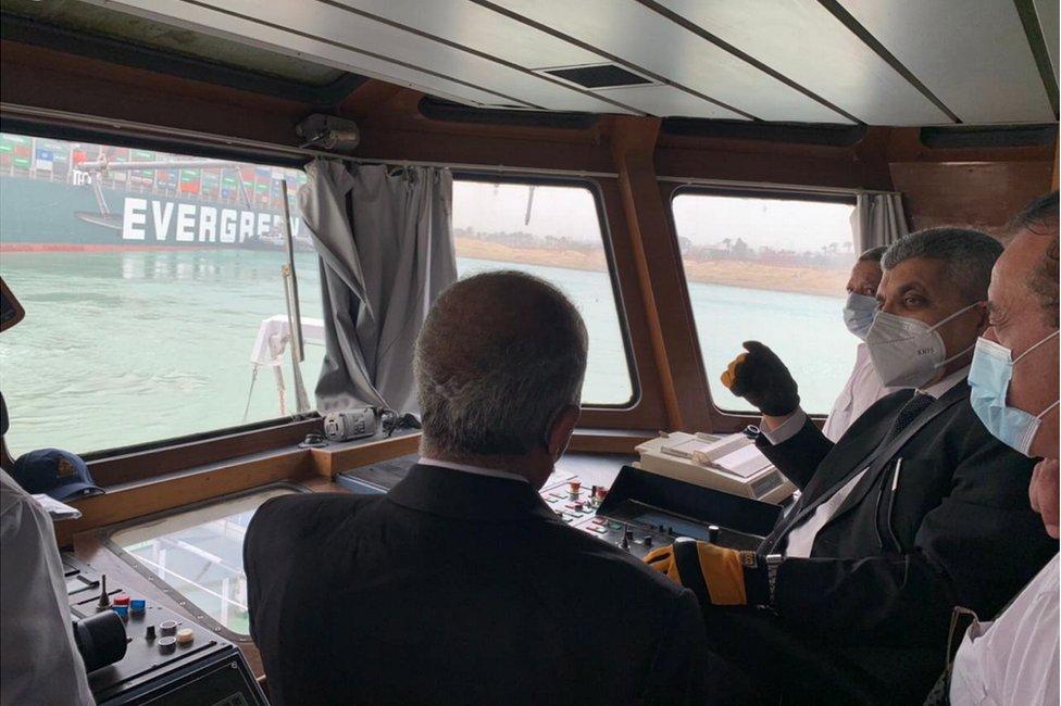 El jefe de la Autoridad del Canal de Suez, Ossama Rabei (segundo por la derecha), mirando el Ever Given encallado el 24 de marzo de 2021.