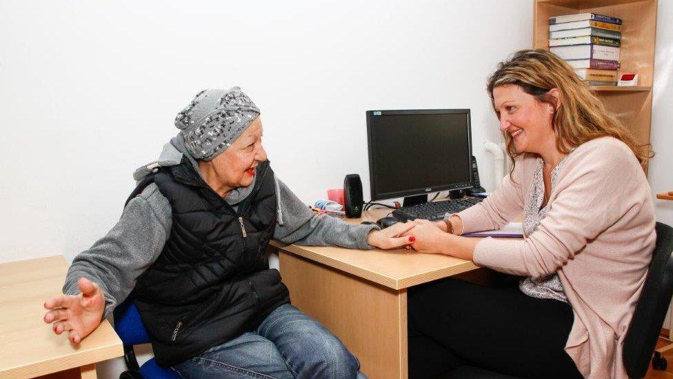 Doktorka pregleda pacijenta