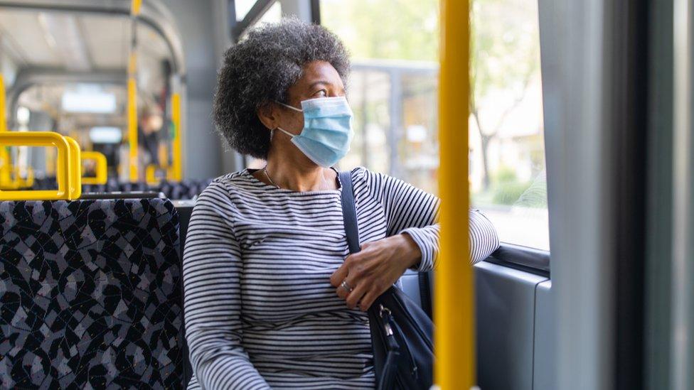 Mujer mayor en un autobús