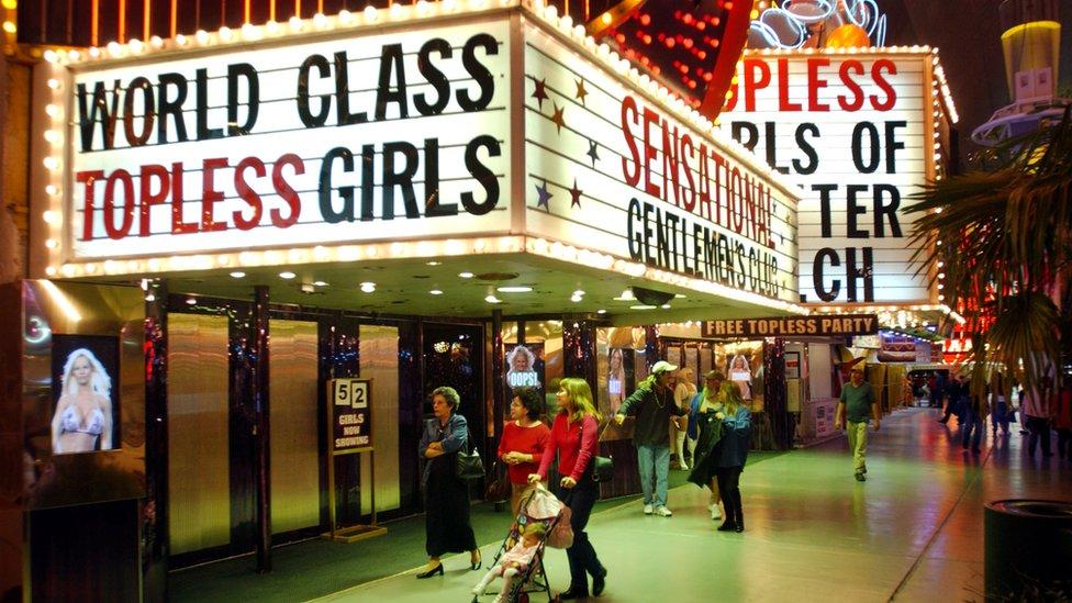 "Slike iz 1990-ih na kojoj se vidi glas ""Golišave devojke svetske klase"" ulica Frimont"