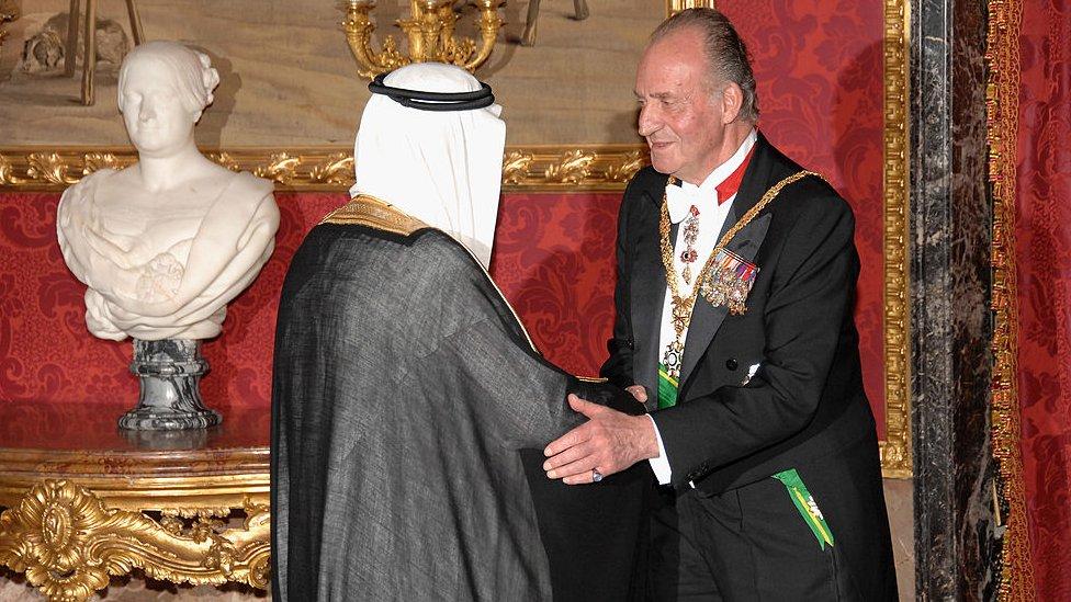 Juan Carlos I saludando al rey saudita Abdullah Bin Abdul Aziz Al Saud en 2007.