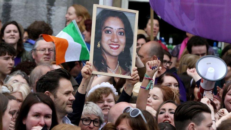 Referandumda Savita Halappanavar'ın fotoğrafları da taşındı