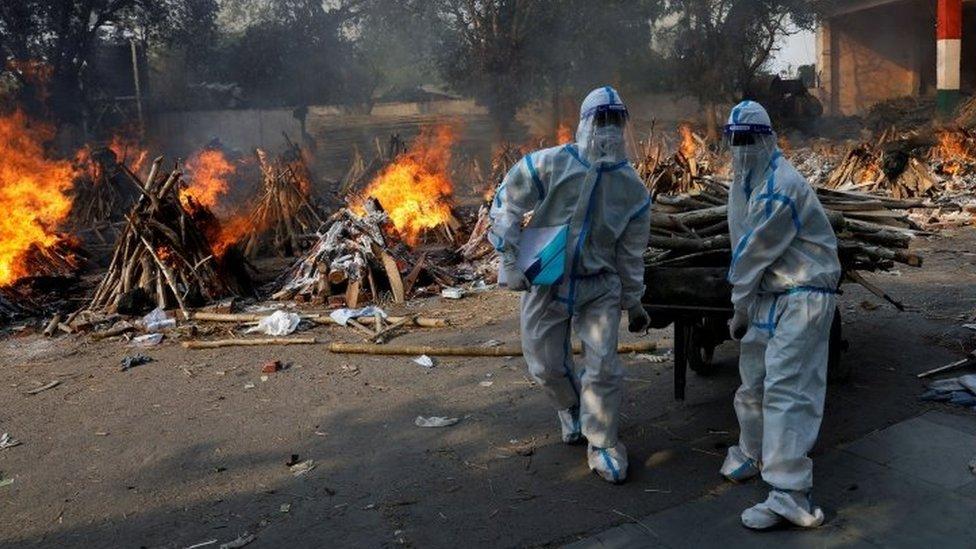 Cremações em massa na Índia sendo realizadas para vítimas de covid-19
