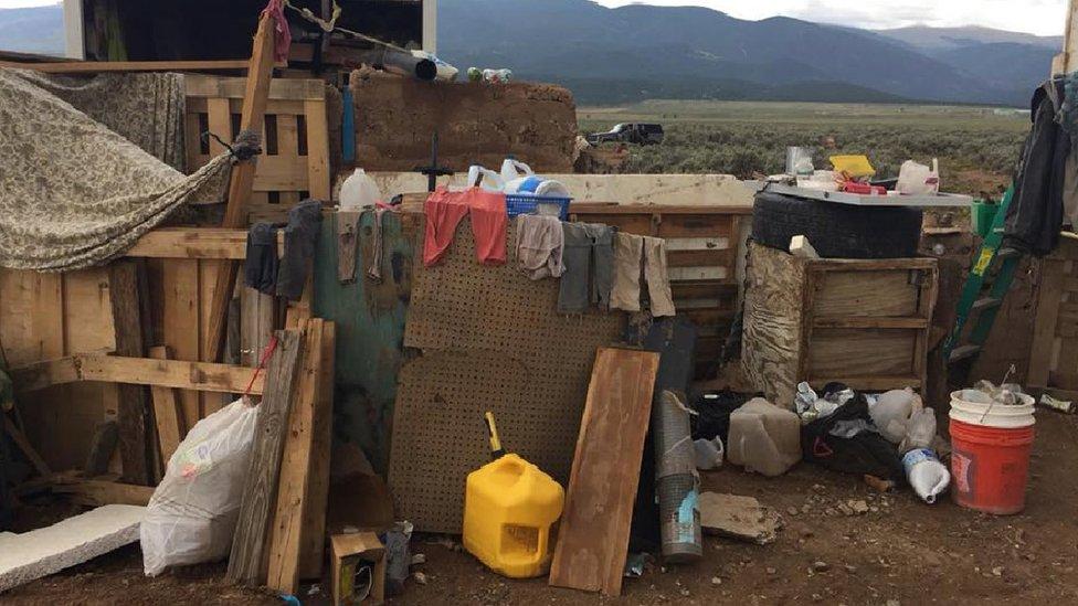 Ropa y otros objetos hallados en el lugar