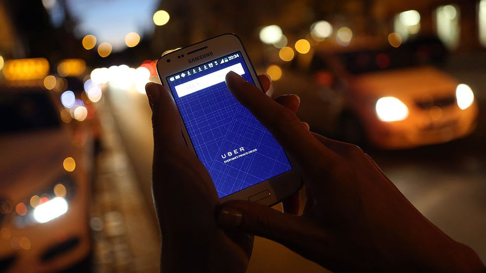 Un movil con la app de Uber