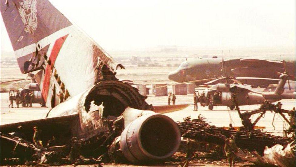 دمرت الطائرة على مدرج المطار بعد إنزال الركاب والطاقم منها