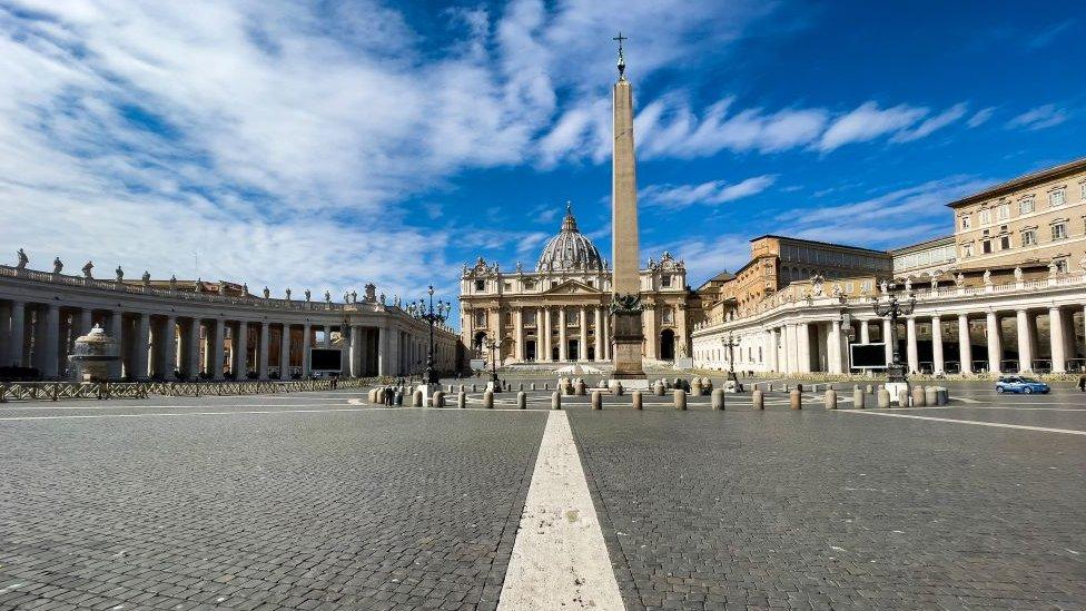 Plaza de San Pedro vacía por las restricciones en Roma.