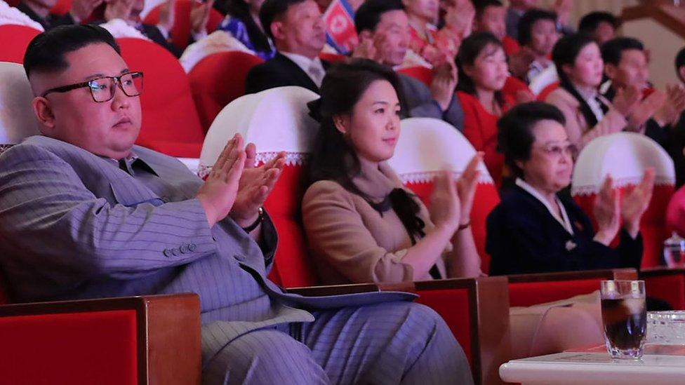 Шесть лет назад дядю вождя КНДР казнили изощренным способом. Вдова жива и даже появилась рядом с Кимом