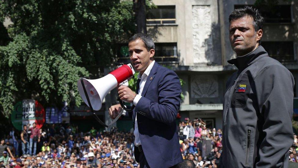 Guaidó y Leopoldo López frente a una multitud