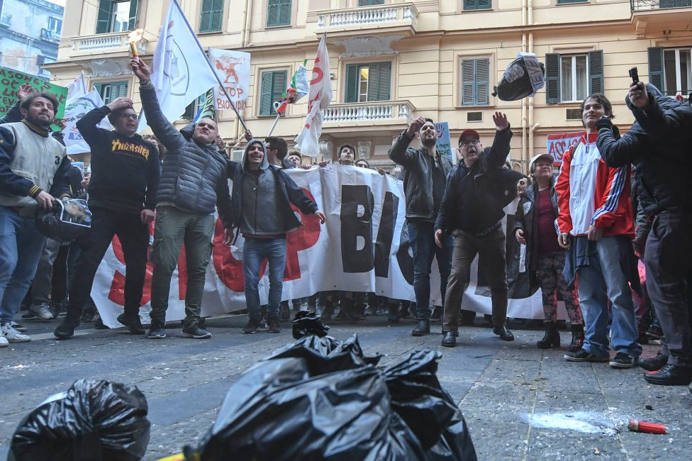 Neapolitans protest against political corruption and illegal waste dumping