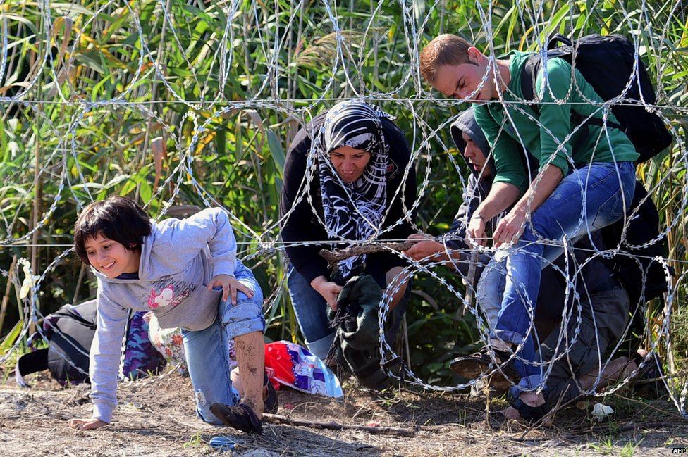 Migrants getting through Hungarian fence, 28 Aug 15