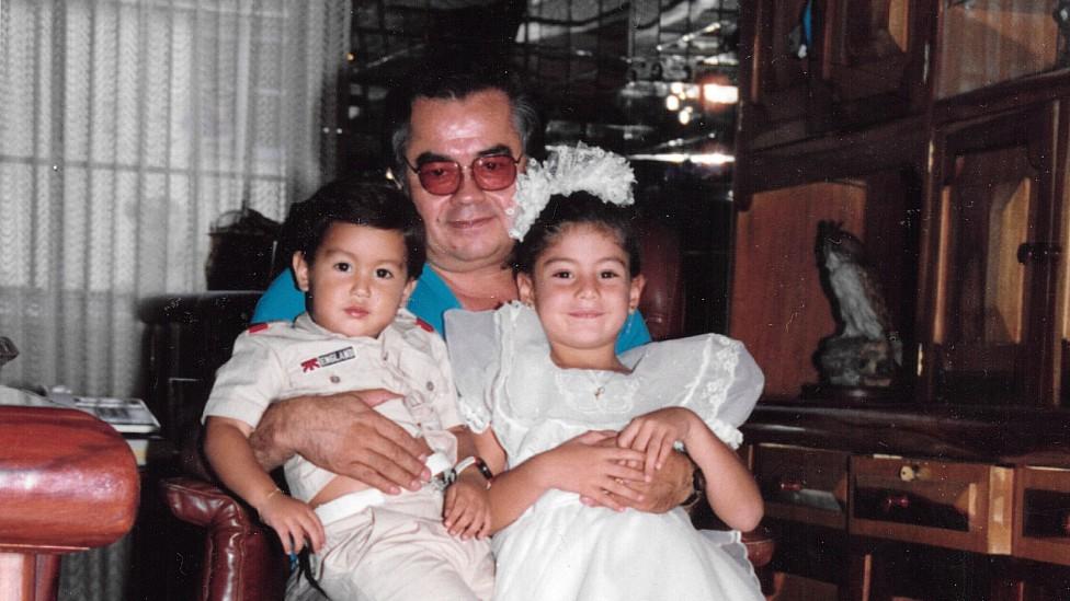 Diana Trujillo cuando niña en Cali junto a su hermano y su abuelo