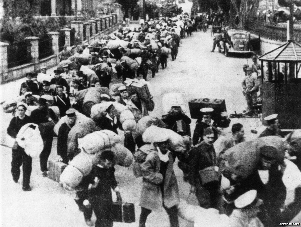 1941年,英國戰俘離開香港被轉送到一個日本戰俘營。