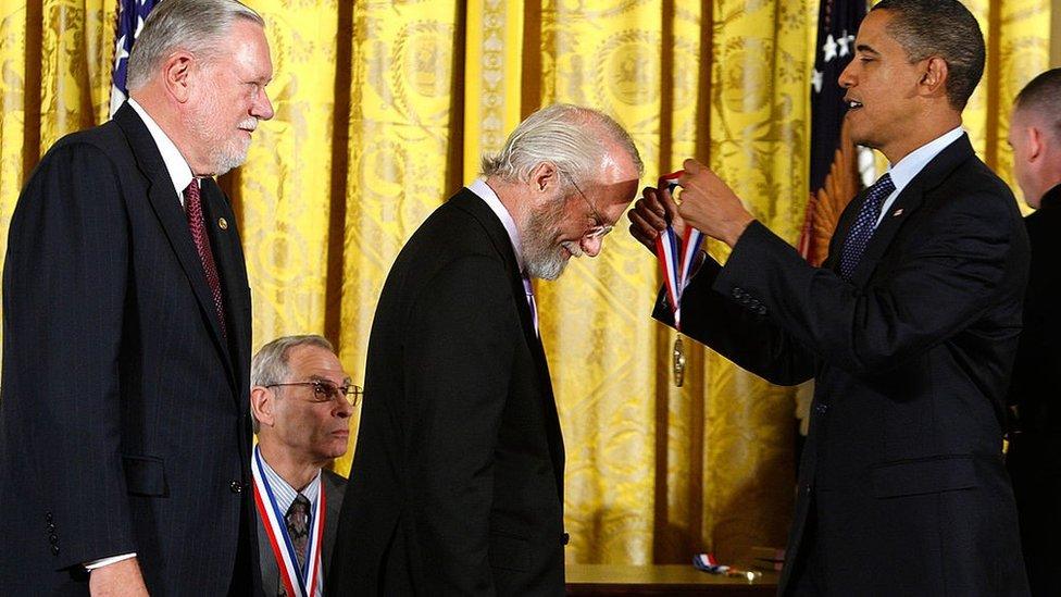 أوباما قلد غيشكي (أقصى اليسار) ووارنوك (وسط) القلادة الوطنية للتكنولوجيا