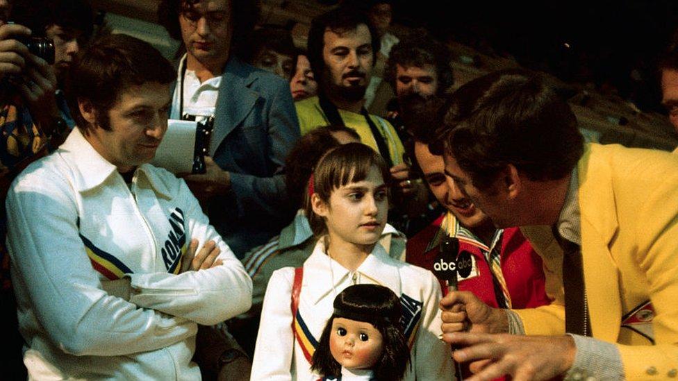 Nadia Comaneci, de 14 años, es rodeada por la prensa internacional durante los Juegos de Montreal 1976