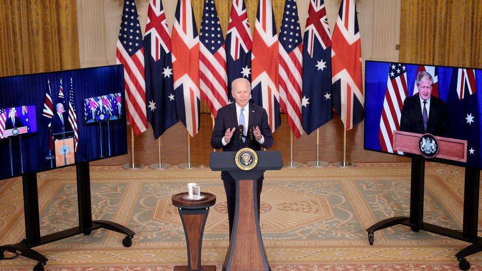 Biden, con los líderes británico y australiano conectados por videoconferencia.