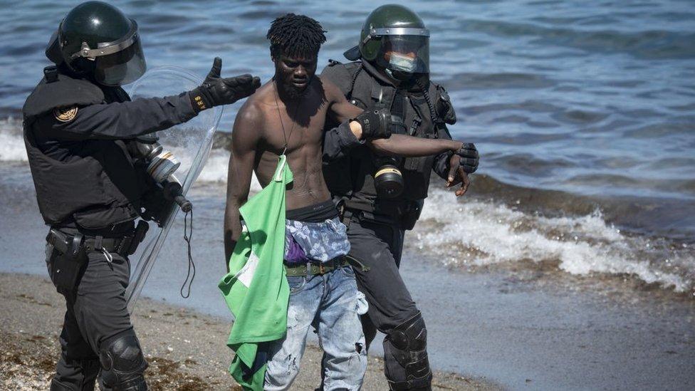 القوات الإسبانية تدخلت لمنع تدفق المهاجرين