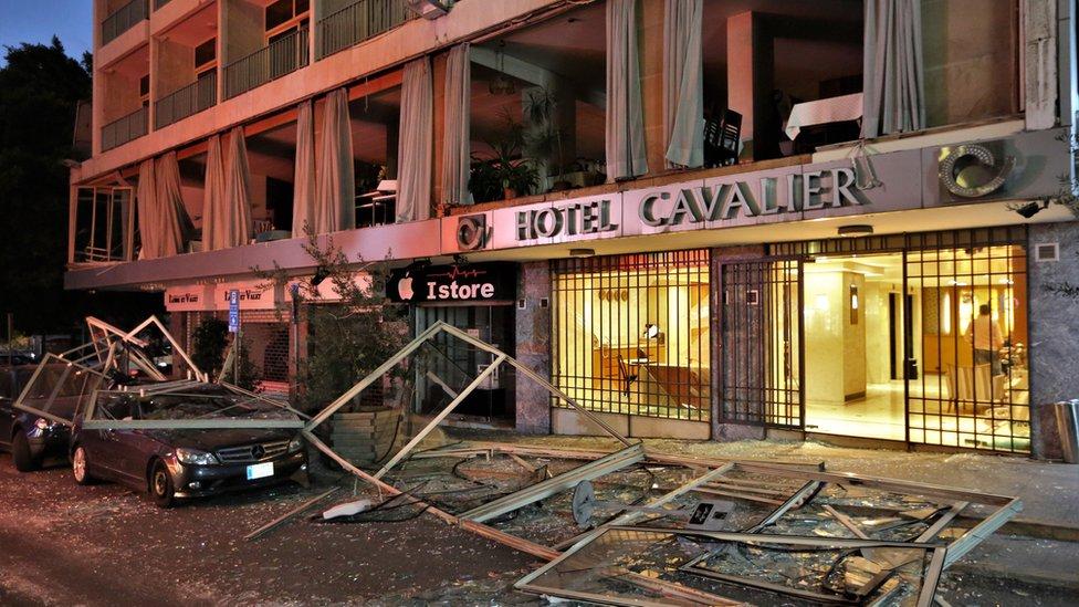 Fachada de un edificio con los vidrios rotos por la explosión