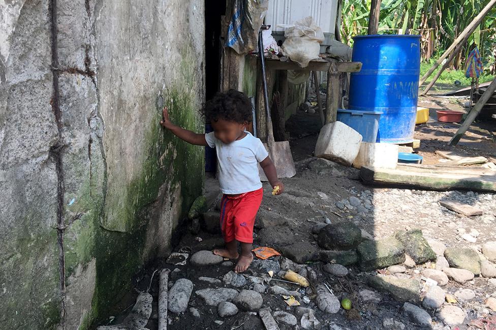 Un niño afuera de una vivienda en una de las haciendas de Furukawa