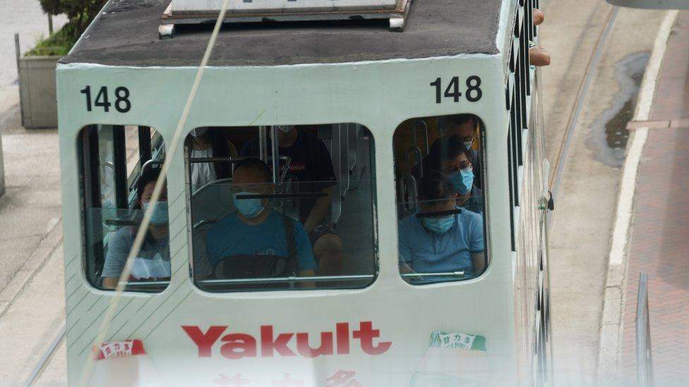 香港政府收緊防疫措施,規定市民乘坐公共交通必須帶口罩,否則可被罰款。