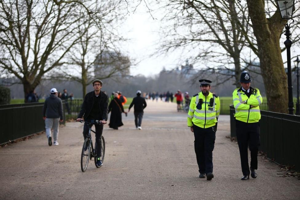 Policías caminando