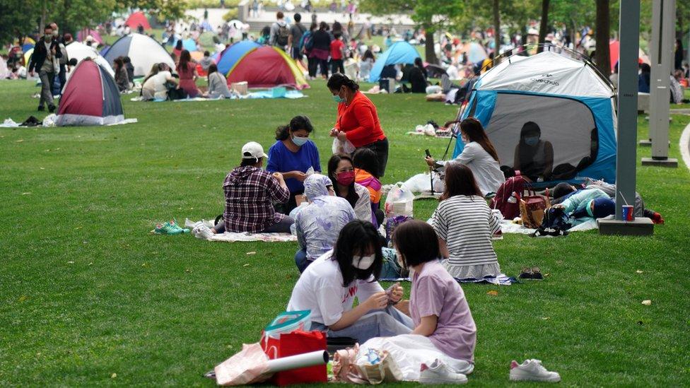 聚集在香港添馬公園野餐的外傭(中新社圖片5/4/2021)