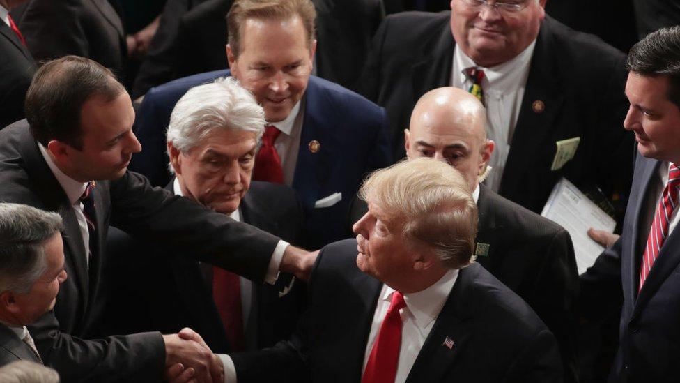 Trump saludado por hombres