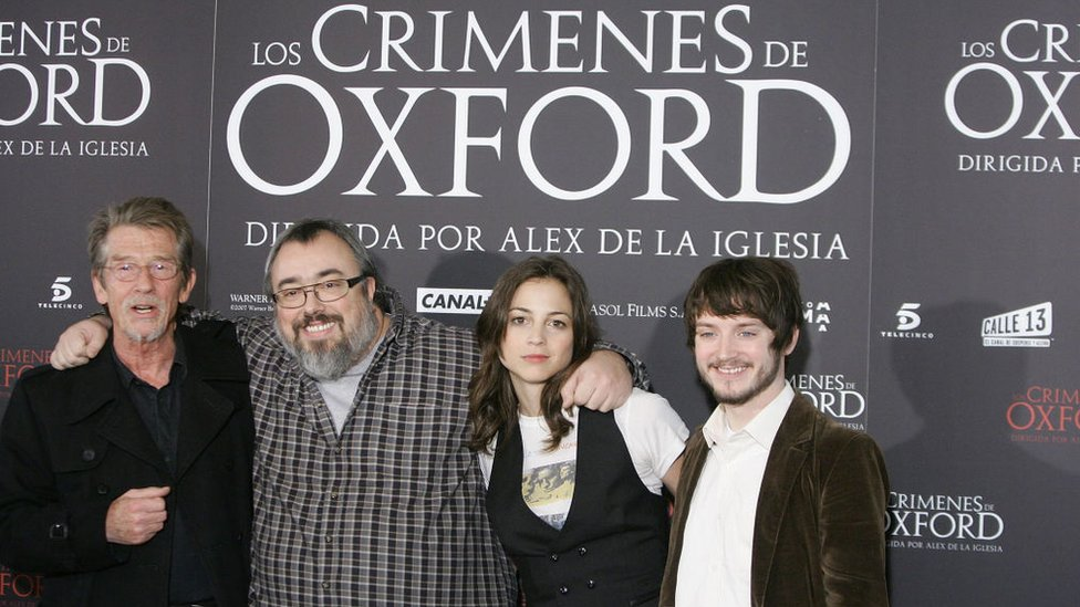 """El director Alex de la Iglesia con los actores de la película """"Los crímenes de Oxford""""."""