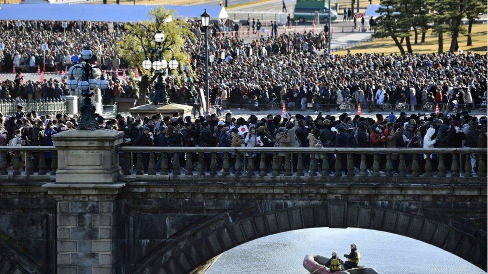 2019年1月2日,數萬民眾在日本皇宮外等候日本皇室舉行新年朝賀活動