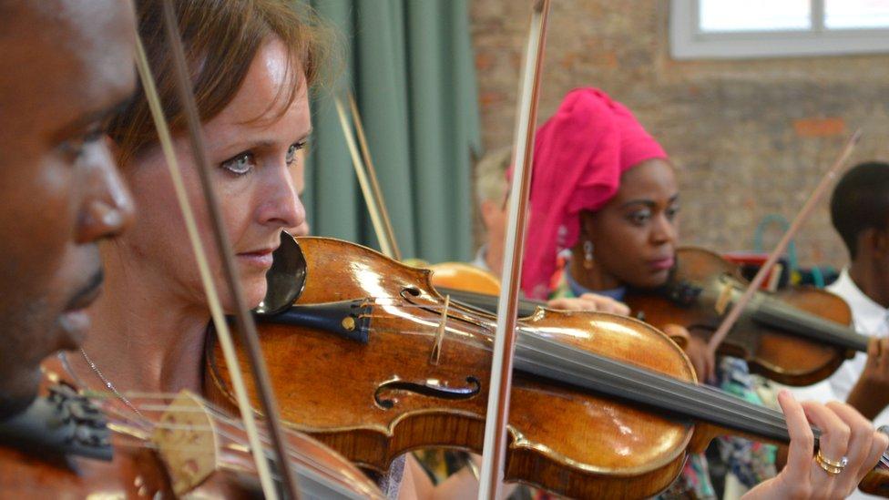 Скрипалі оркестру класичної музики